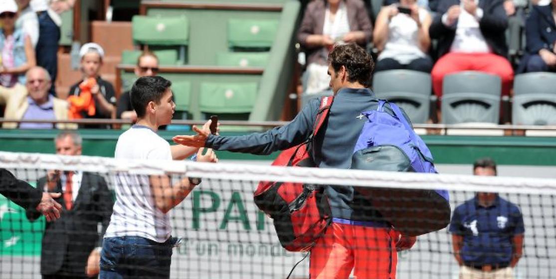 Federer is resisting...to selfies!