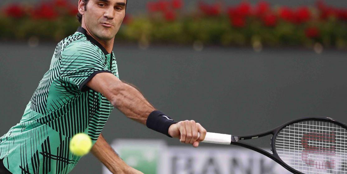 Federer joue avec une raquette de